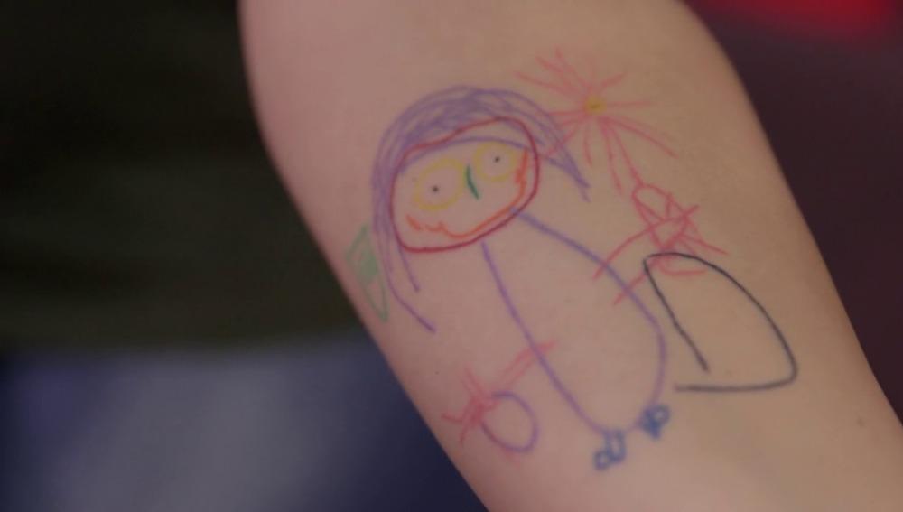 Frame 97.315555 de: La última moda en tatuajes, tatuarse el dibujo de tu hijo