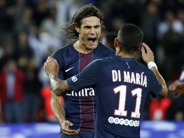 Cavani abrazándose con Di Maria en su tanto de penalti.