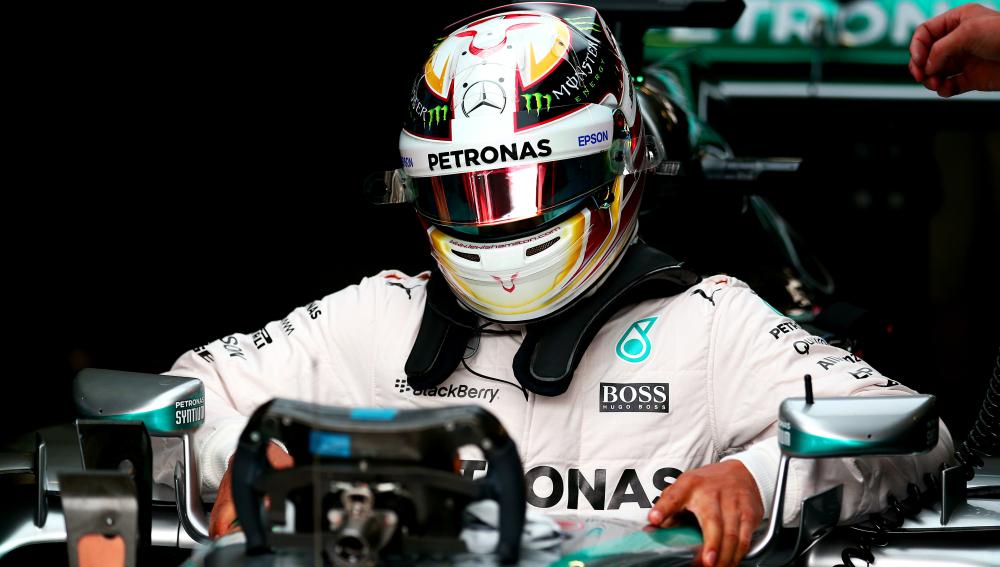 Lewis Hamilton en el box de Mercedes