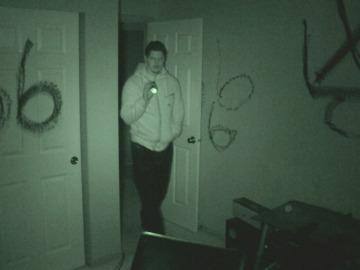Investigador dentro de la casa endemoniada