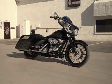 Frame 14.021183 de: Una antigua Harley Davison policía transformada en una moto elegante