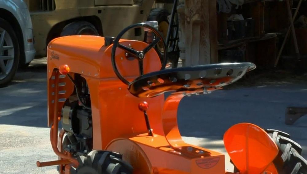 Frame 51.90749 de: Un viejo tractor con un valor muy sentimental