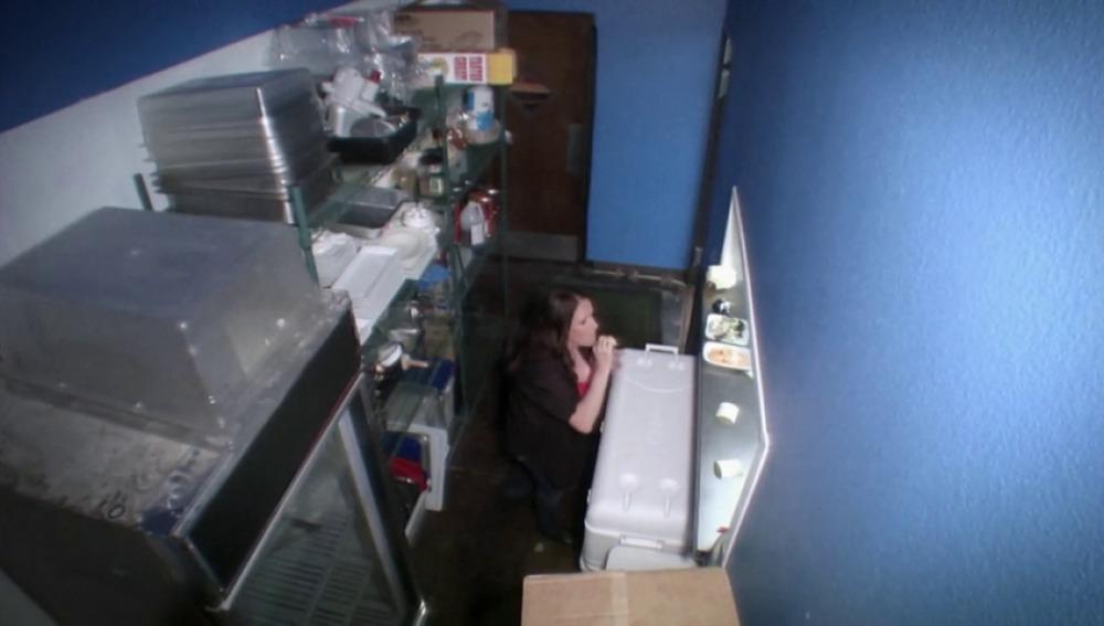 Frame 13.67141 de: Una encargada se come la comida de su cliente
