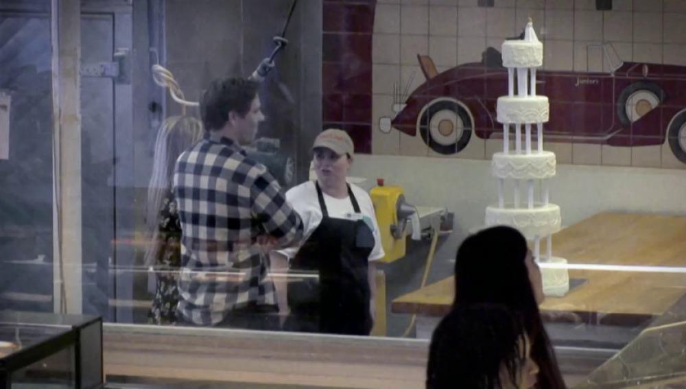 Frame 0.0 de: Una empleada tira una tarta a su cliente