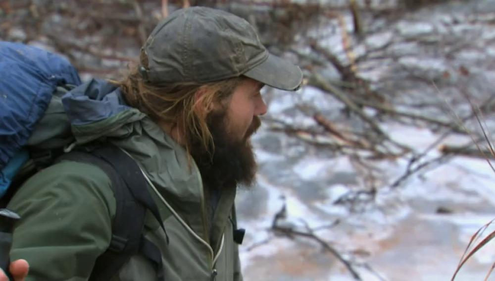 Frame 0.0 de: El truco de Morgan para atravesar sin riesgo un río helado