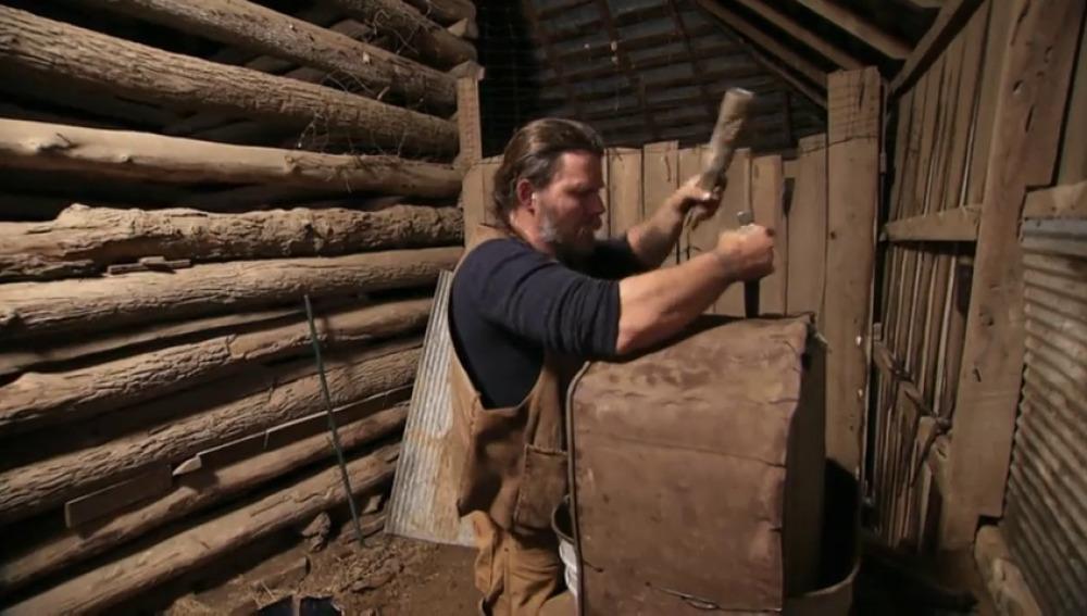 Frame 82.376155 de: Jason construye un lugar idóneo donde trabajar el metal