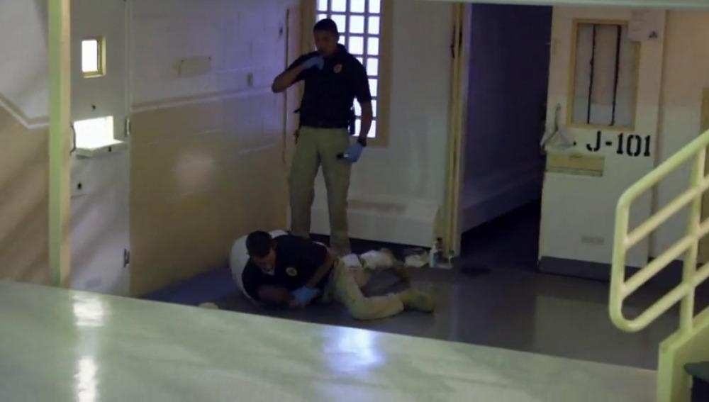 Frame 22.9831 de: Trifulca el primer día de trabajo en la prisión de Nuevo México