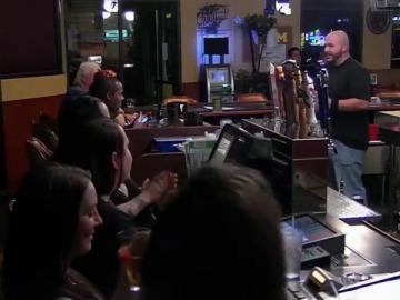 Un encargado vende su propia bebida en el bar de otro