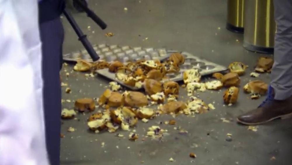 Los trillizos se cuelan en una tienda de electrodomésticos para hacer sus magdalenas