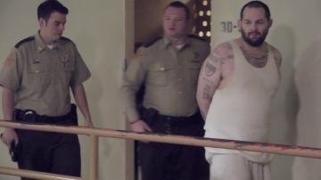 Pillan a un preso con un teléfono en prisión