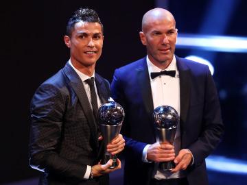 Cristiano Ronaldo y Zidane posan con sus premios The Best