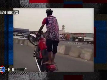 Un acróbata sobre la moto
