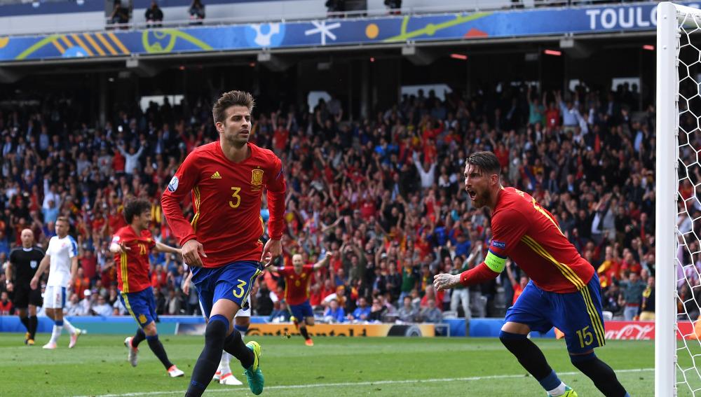 Piqué celebra su gol ante Cech