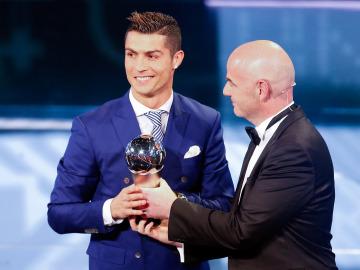 Cristiano Ronaldo recibiendo el premio 'The Best' a 'Mejor Jugador' por la FIFA