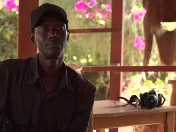 Frame 69.444462 de: Una plataforma advierte sobre el fotógrafo Kote Cabezudo en Senegal