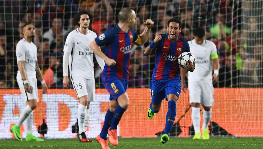 Neymar e Iniesta celebran el segundo gol ante el PSG