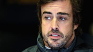Fernando Alonso charla con los ingenieros de McLaren