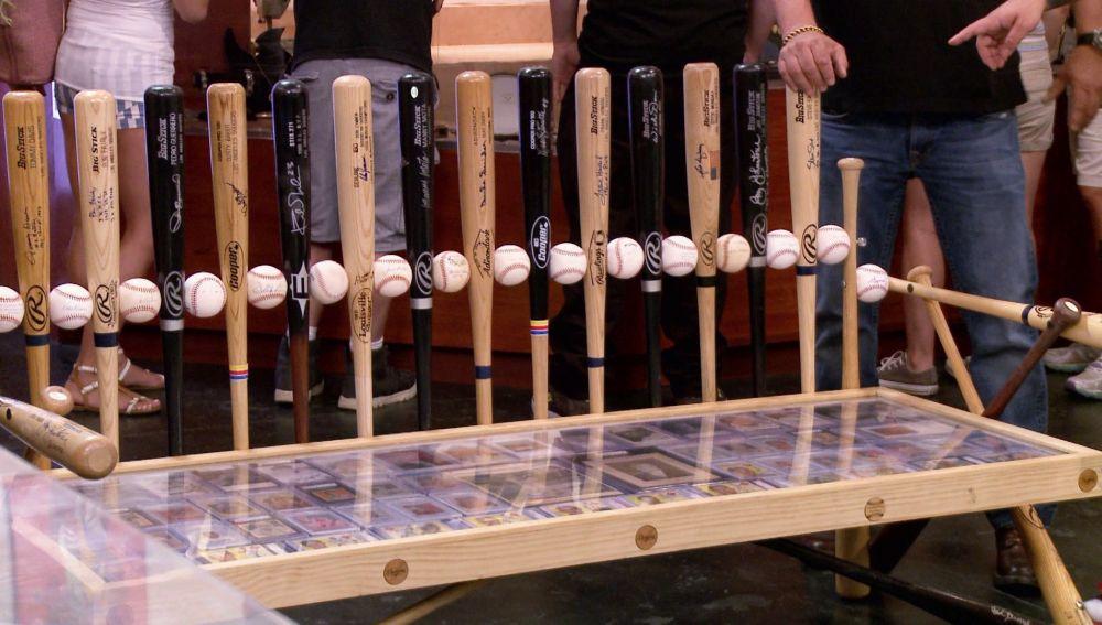 Un banco y una mesa de los Dodgers personalizados y autografiados